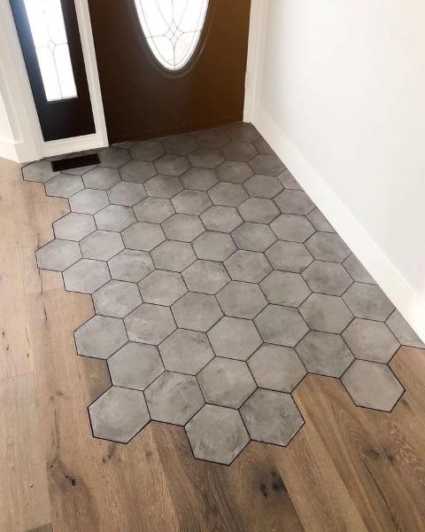 combinatii gresie hexagonala si parchet laminat hol