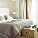 cufar din lemn in calitate de bancheta asezata la picioarele patului din dormitor