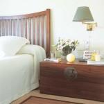 cufar din lemn pe post de noptiera dormitor