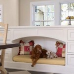 culcus caine integrat in mobila proiectata sub fereastra din sufragerie