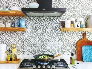decor alb negru perete blat lucru bucatarie moderna