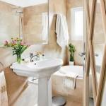 decor baie mica amenajata stil clasic baianta bej obiecte sanitare albe