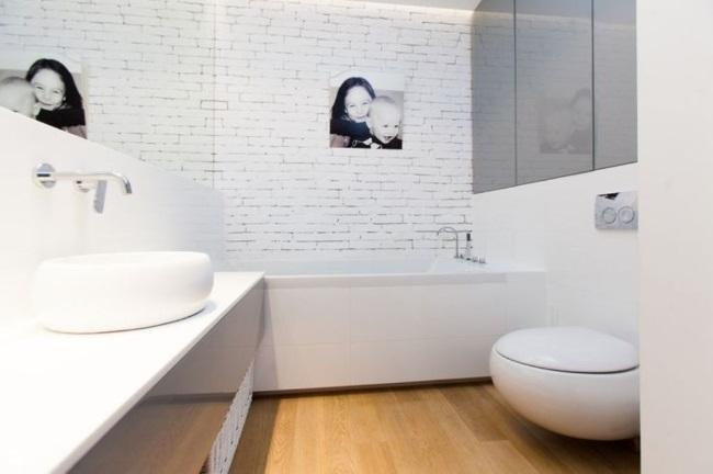 decor baie moderna pardoseala placata cu parchet impermeabil
