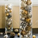 decor de craciun pentru casa din vaze din sticla umplute cu globuri