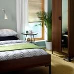 decor ferestre dormitor jaluzele bambus si perdele transparente de culoare alba