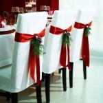 decor festiv scaune cu panglica rosie pentru masa de craciun