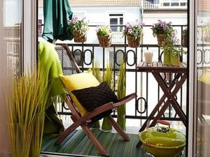 decor galben si maro balcon cochet apartament