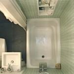 decor modern baie foarte mica cu cada wc si chiuveta