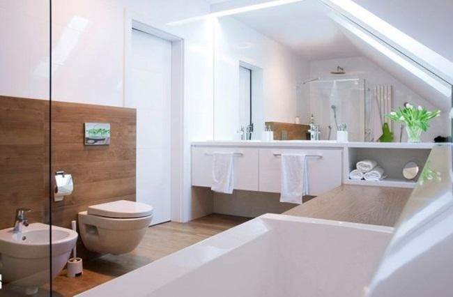 decor modern baie pardoseala placata cu parchet impermeabil