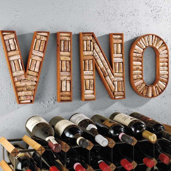 decor perete cu litere confectionate din dopuri de pluta reciclate