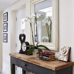 decor perete oglinda si mini comoda hol mic si ingust