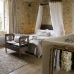 decor piatra naturala dormitor rustic pat cu baldachin