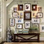 decor poze si tablouri inramate perete hol mic