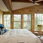 decor rustic dormitor dotat cu semineu placat cu piatra naturala