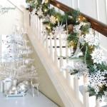decor scara interioara casa ghirlanda impodobita cu globuri si ornamente de culoare alba