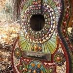 decoratiune gradina handmade din chitara veche placata cu mozaic colorat