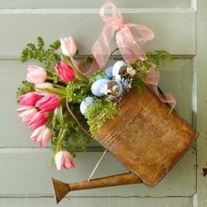 decoratiune rustica de paste usa intrare stropitoare de tabla plina cu flori