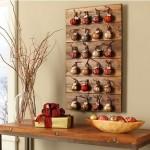 decoratiune rustica de perete pentru craciun din palet lemn si globuri