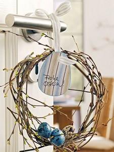 decoratiune usa intrare din crengute de salcie impletite si oua pictate