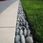 delimitare bordura gradina din pietre de rau