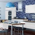 design bucatarie moderna perete placat cu faianta albastra mobila alba