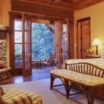 design dormitor rustic decorat cu lemn masiv si dotat cu semineu