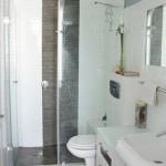 design modern baie decorata in alb si gri cabina de dus mare cadita inzidita
