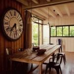 dining decorat cu ceas supradimensionat vintage