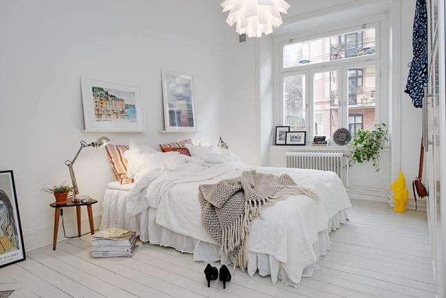 dormitor alb simplu apartament stil scandinav