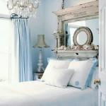 dormitor amenajat in alb si bleu accente vintage
