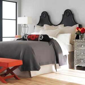 dormitor amenajat in alb si negru stil marocan