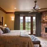 dormitor amenajat in stil clasic dotat cu semineu placat cu caramida