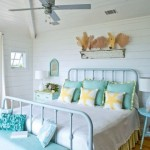 dormitor amenajat in stil maritim alb si bleu