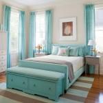 dormitor decorat in alb bleu si maro deschis