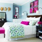 dormitor decorat in bleu si alb accente cromatice ciclam