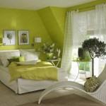 dormitor decorat in vernil si alb