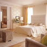 dormitor elegant decorat in nuante de crem si bej