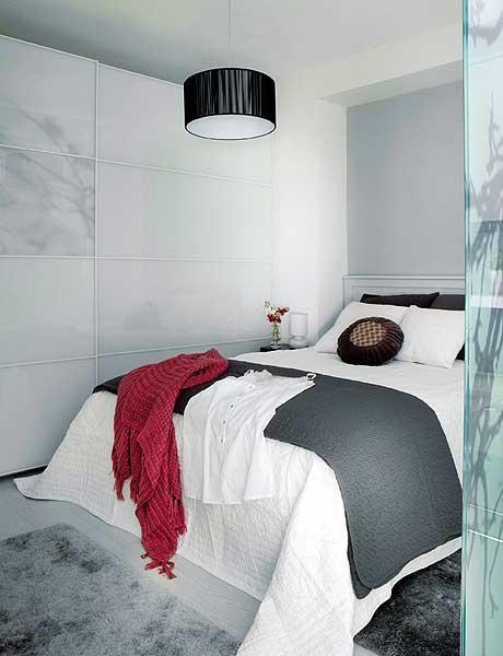 dormitor modern amenajat in alb si gri apartament mic 2 camere 40 mp