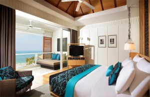 dormitor modern amenajat in alb si turcoaz