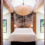 dormitor modern de lux cu grinzi si stalpi lemn stil rustic