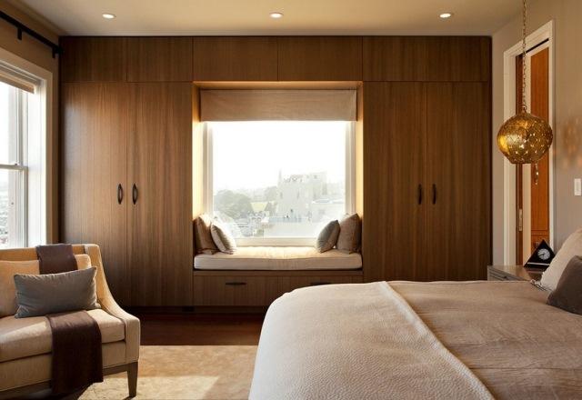 dormitor modern dulapuri langa fereastra