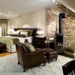 dormitor modern perete rustic piatra naturala si semineu lemne