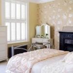 dormitor romantic crem tapet imprimeu floral culoare bej