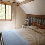 dormitor rustic cabana din lemn pe malul unui lac Dordogne Franta
