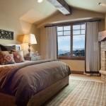 dormitor rustic cu semineu pe lemne placat cu piatra naturala decorativa