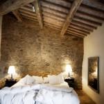 dormitor rustic decorat cu piatra naturala
