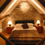 dormitor rustic mansarda decor piatra naturala