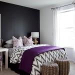 dormitor tendinte 2014 perete negru accente cromatice roz purpuriu si elemente decorative rustice