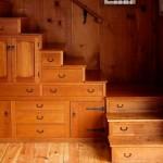 dulapuri si sertare depozitare in laterala si in trepte scara interioara din lemn