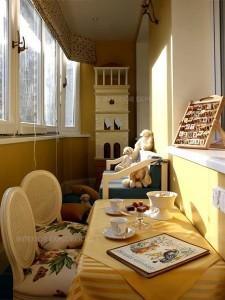 exemplu amenajare camera de joaca pentru copil si loc de luat masa balcon ingust